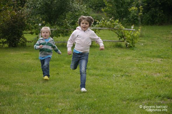Fotografia di bambini che corrono nel prato