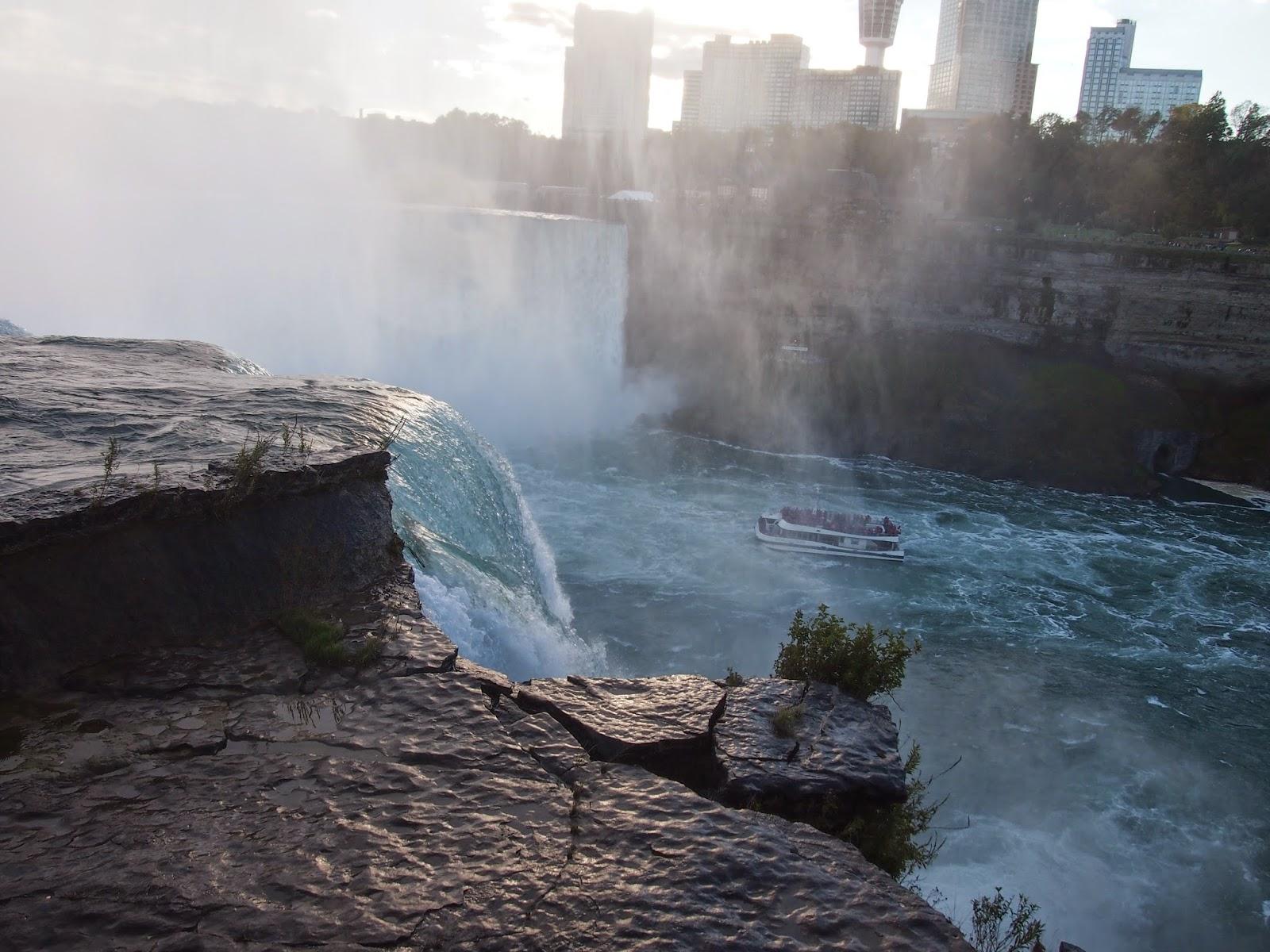 アメリカ側からのナイアガラの滝:滝の乙女号