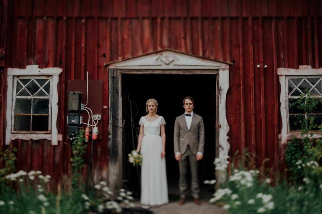 Bröllopsfotografi med vintagestil utanför lada