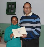 O professor Cláudio da Silveira entrega o certificado do curso contábil à aluna Rute de Souza