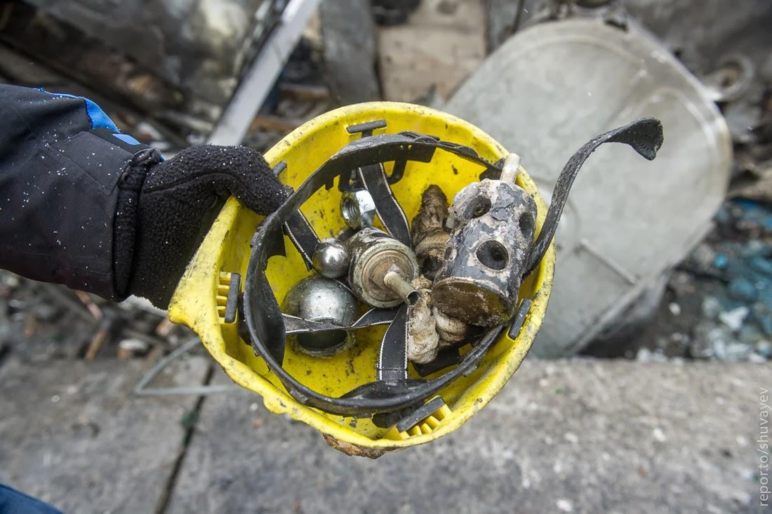 Беркут обматывает светошумовые и газовые гранаты скотчем с гайками