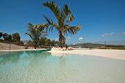 Este tipo de piscinas no suele tener coronación habitual a las piscinas de . (piscina arena playa)