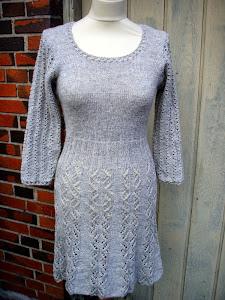 Kjole med hulmønster
