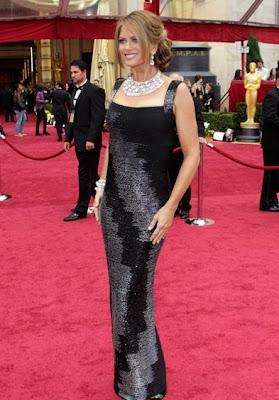 foto de las curvas de la modelo Kathy Ireland en apretado vestido negro de gala