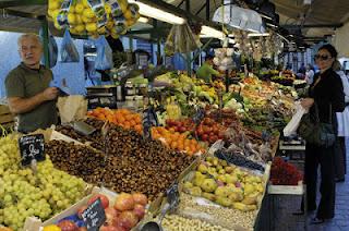 Der Bozner Obstmarkt ist das pulsierende Herz der Hauptstadt. Hier kaufen die Bozner frisches Obst und Gemüse der Saison, aber auch vieles mehr.
