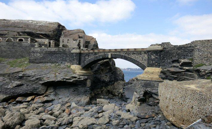 Le pont qui relie l'ilot des Capucins à la côte