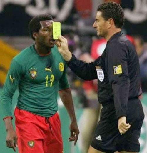 smešne slike: Sudija uručuje žuti afričkom fudbaleru