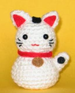 http://translate.google.es/translate?hl=es&sl=en&tl=es&u=http%3A%2F%2Fnimoe.wordpress.com%2F2011%2F02%2F18%2Fonni-the-beckoning-cat-amigurumi-pattern%2F