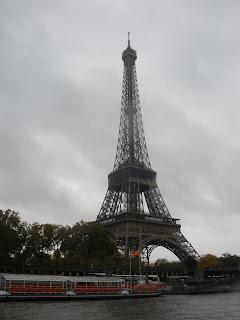La Torre Eiffel desde un Bateaux Mouche, típico barco de excursiones que se ofrecen a los turistas en París.