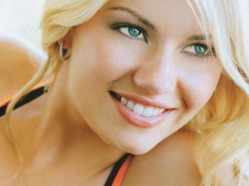 Elisha Cuthbert Photos & Wallpapers