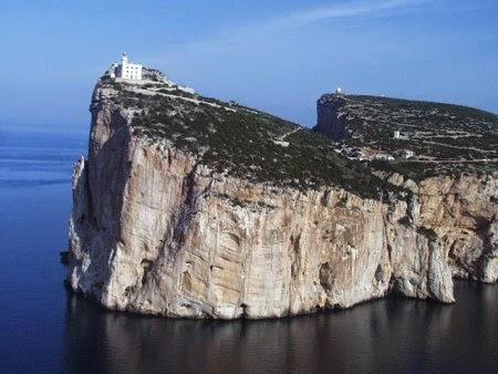 10 Bangunan yang Berdiri Di Atas Tebing