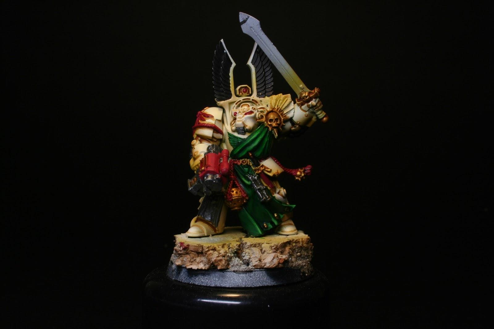 Luces en los verdes y oquedades de la armadura en los exterminador de los Ángeles Oscuros de la caja de Warhammer: Venganza Oscura