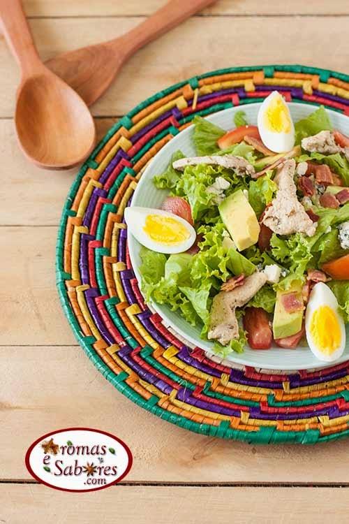 Salada de alface com frango bacon e abacate