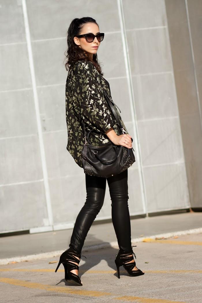 Look Total Black con kimono de flores de Zara
