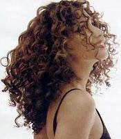 cheveux bouclés, volumineux