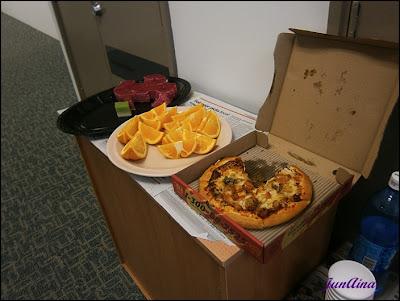 kuih lapis, pizza dan  buah oren