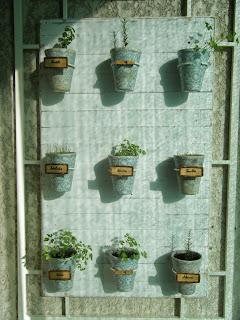 Painel da horta vertical com as várias culturas identificadas
