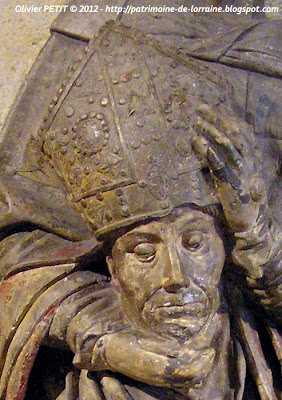 Statue de Saint Denis en pierre calcaire polychrome. XVe siècle.