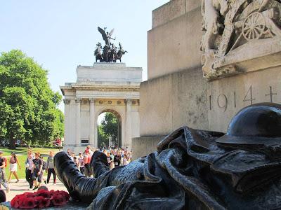 cenotaph, 1914, Wellington Arch, poppies, London, remembrance, fallen solider,
