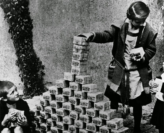German-children-playing-with-worthless-money-1922