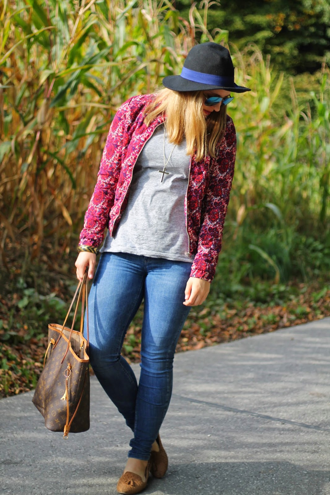 Fashionblogger Austria / Österreich / Deutsch / German / Kärnten / Carinthia / Klagenfurt / Köttmannsdorf / Spring Look /  Fashionblog Kärnten / Classy / Edgy / Autumn / Autumn Style 2014 / Autumn Look / Fashionista Look / Bomber Jacket Oasap Flowers / Hat Forever21 Black Blue / Simple Grey Shirt H&M / Zara Body Curve Jeans / Louis Vuitton Neverfull Monogramm Canvas / Mirrored Sunglasses / Loafers Beige Braun Forever 21/