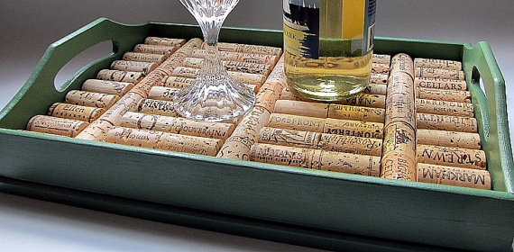 bandeja com rolhas de vinho