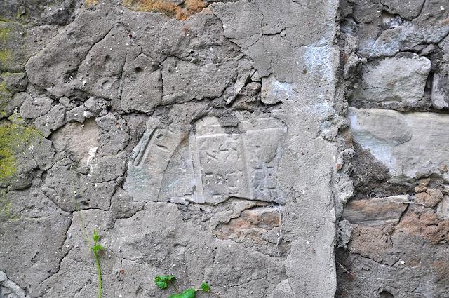 Kolejny odkryty fragment macewy. A co kryje jeszcze wapienny tynk muru obok domu przy ul. Partyzantów - Końskie. Foto KW.