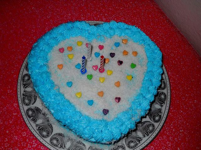 kremşanti içersine bir çimdik gıda boyası katıp renkli pastalar yapabilirsiniz