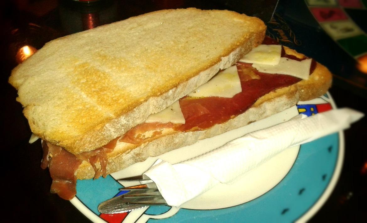 Sándwich en pan rústico de jamón serrano y queso