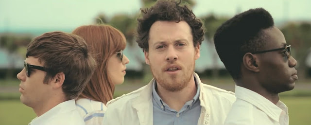 Metronomy-the-bay-grupo-compone-plano