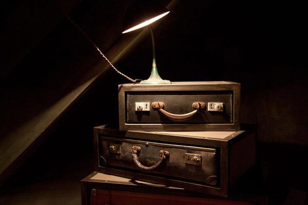 maleta antiguas apiladas con lampara