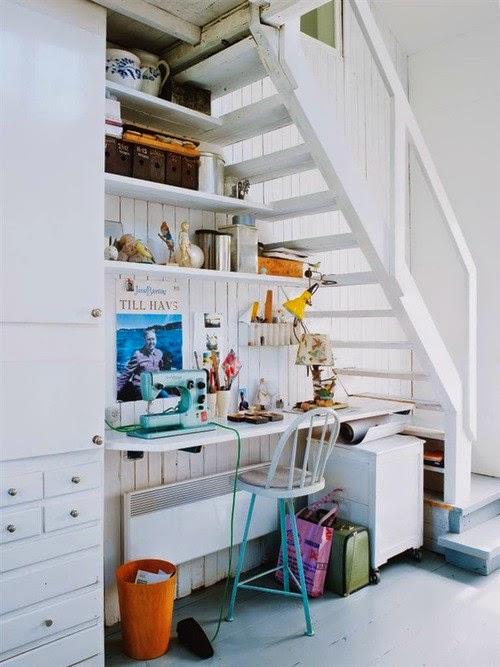 Ideas para espacios pequeños. Aprovechar el hueco de la escalera como zona de trabajo