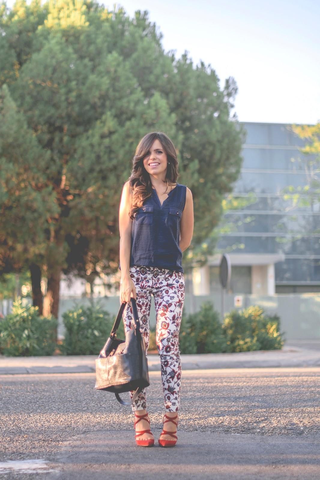 Look con pantalones estampados de zara en color azul y rojo