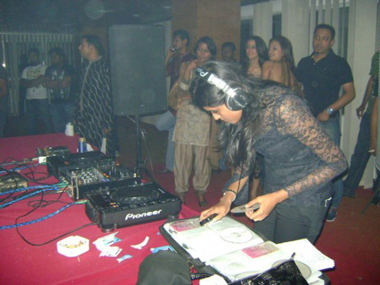 dj sanika working