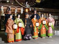 平安装束に身を纏った宮司以下祭員と五人の奉仕女房が記念撮影
