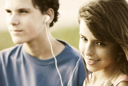 المراهـقه والبلوغ.... وتغيـراتها الجـسـدية والنفسية عند الولد والبنت - مراهقين ولد بنت فتاة - Teens_sharing_a_song - teenagers