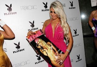 A DJ mais badalada do momento, Janaina Santucci, é a capa da revista Playboy do mês de junho e o lançamento desta edição foi realizado na noite de ontem (12).