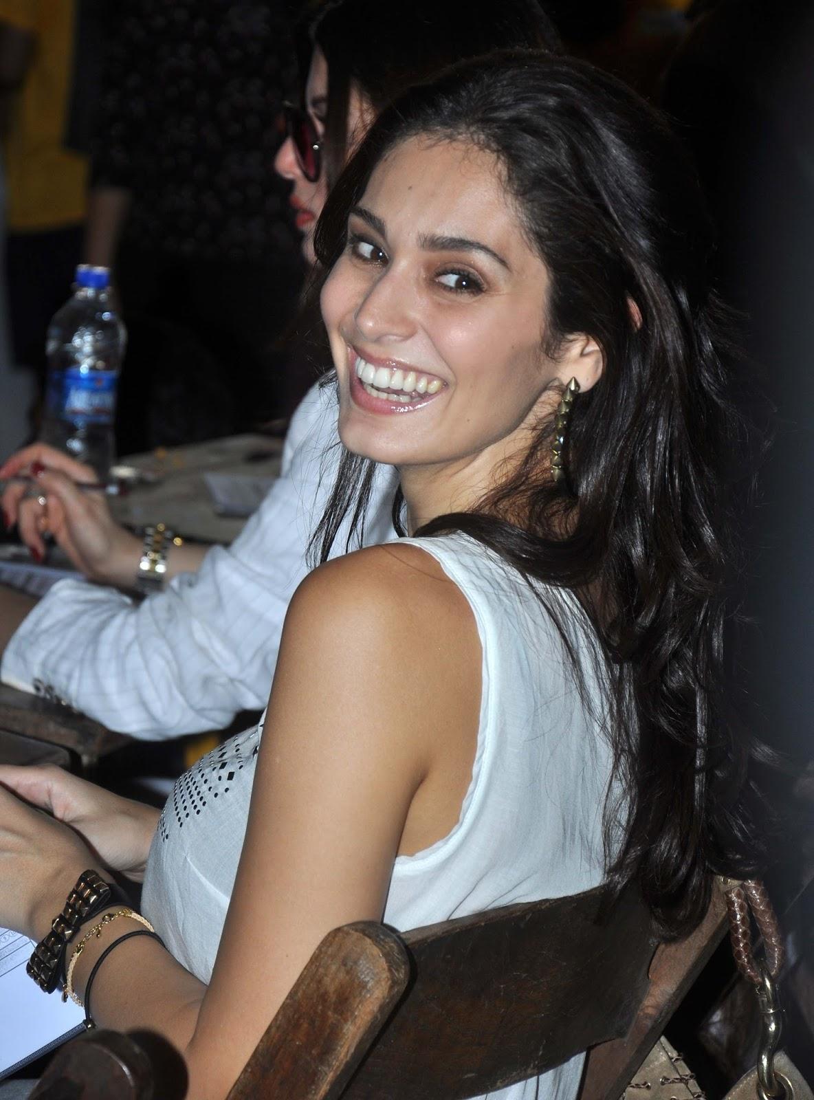 Bruna Laila bruna abdullah showing off her amazingly toned midriff at