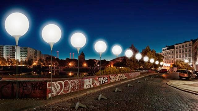 "The Berlin Wall ""recreated"" with 8,000 lights"