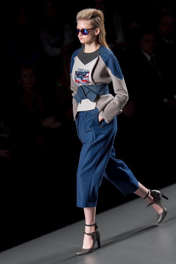 Sudadera y pantalón de talle alto en denim con cinturón ancho de ANA LOCKING diseñadora Fashion Week Madrid moda WOWS