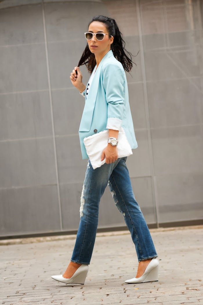 Blogger Withorwithoutshoes con jeans desgastados y blazer azul celeste