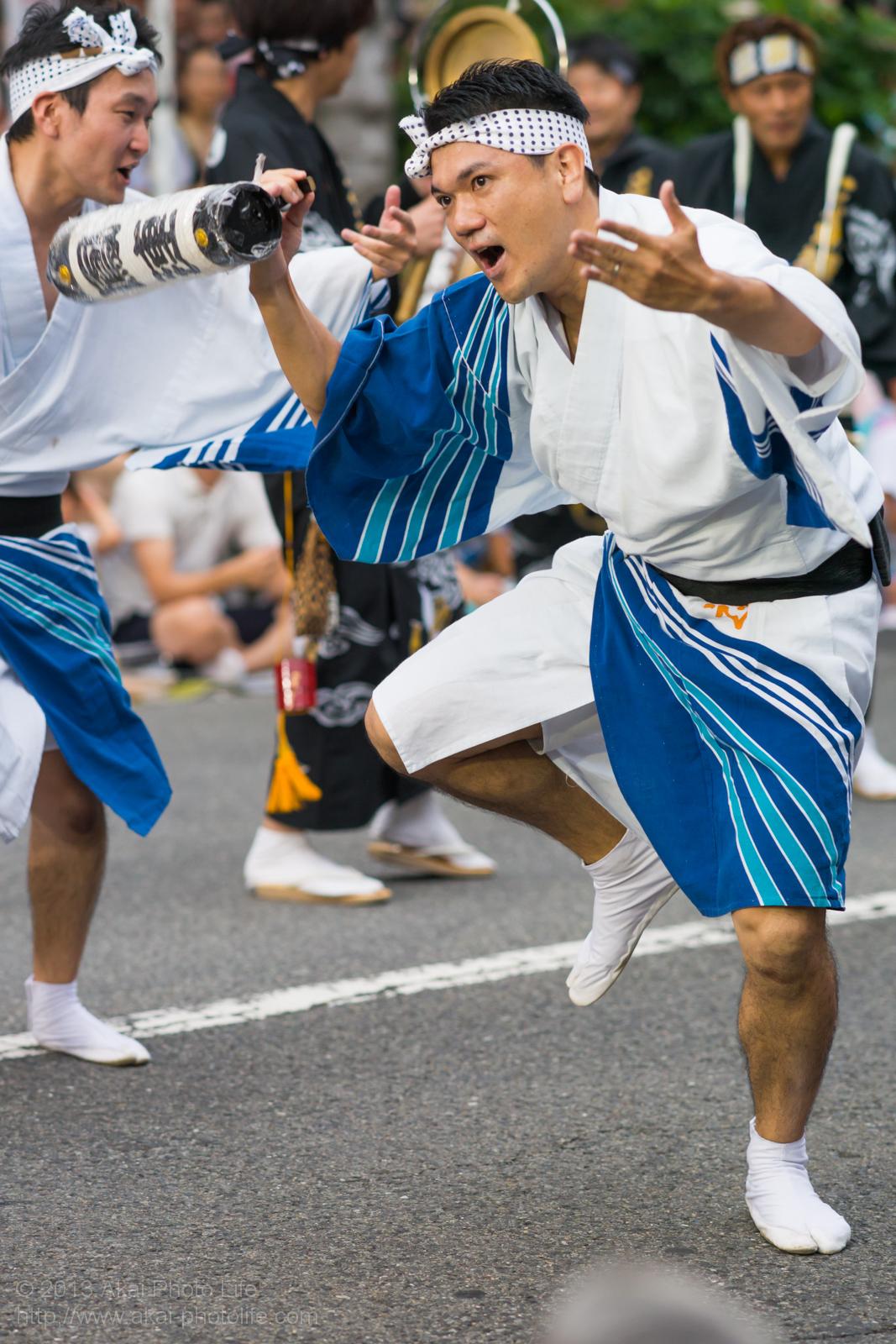 高円寺阿波踊り 三茶連の提灯を使った男踊り