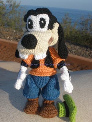 Goofy tejido a crochet en posición de pie