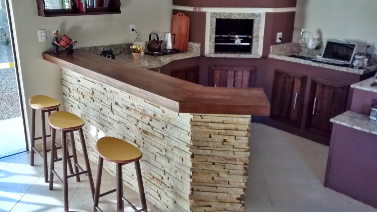 madeira de demolição elaborada sob medida para área de festas do  #416A8A 1600x898