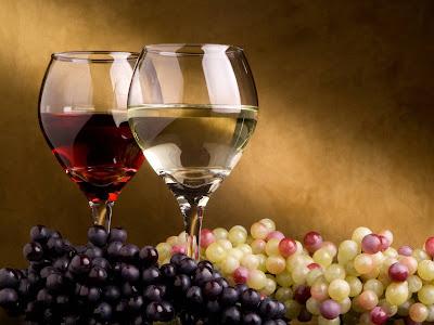 Copas con vino blanco y vino tinto - Uvas - Grapes