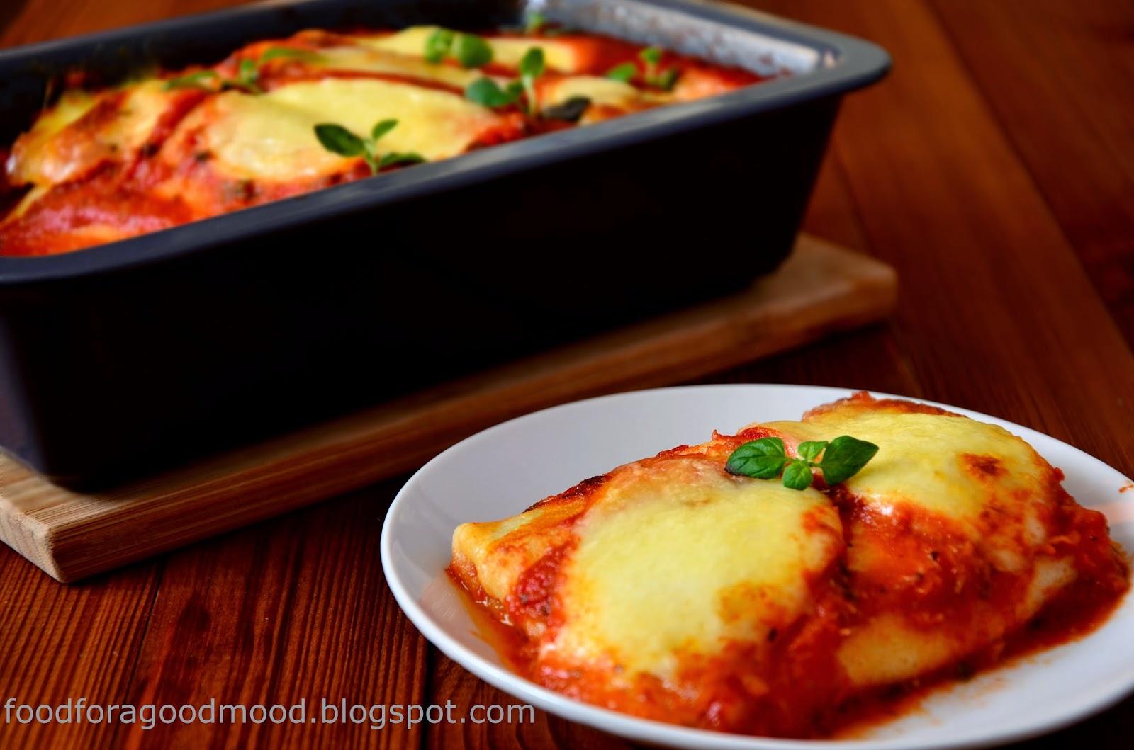 Samo zdrowie! Niskokaloryczne i bardzo pożywne danie. Idealna propozycja dla wegetarian, ale gwarantuję, że mięsożercy nie będą czuć się zawiedzeni. Nadzienie szpinakowe subtelnie podkręca pieprz cytrynowy, a naleśniki przyjemnie rozpływają się w ustach. Smaku dopełnia sos pomidorowy z dodatkiem czosnku i świeżych ziół oraz ciągnące się płaty mozzarelli.