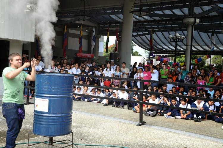 Este experimento acaparó la atención de los niños, aunque falló  su ejecución. (Foto: Lánder Altuve)