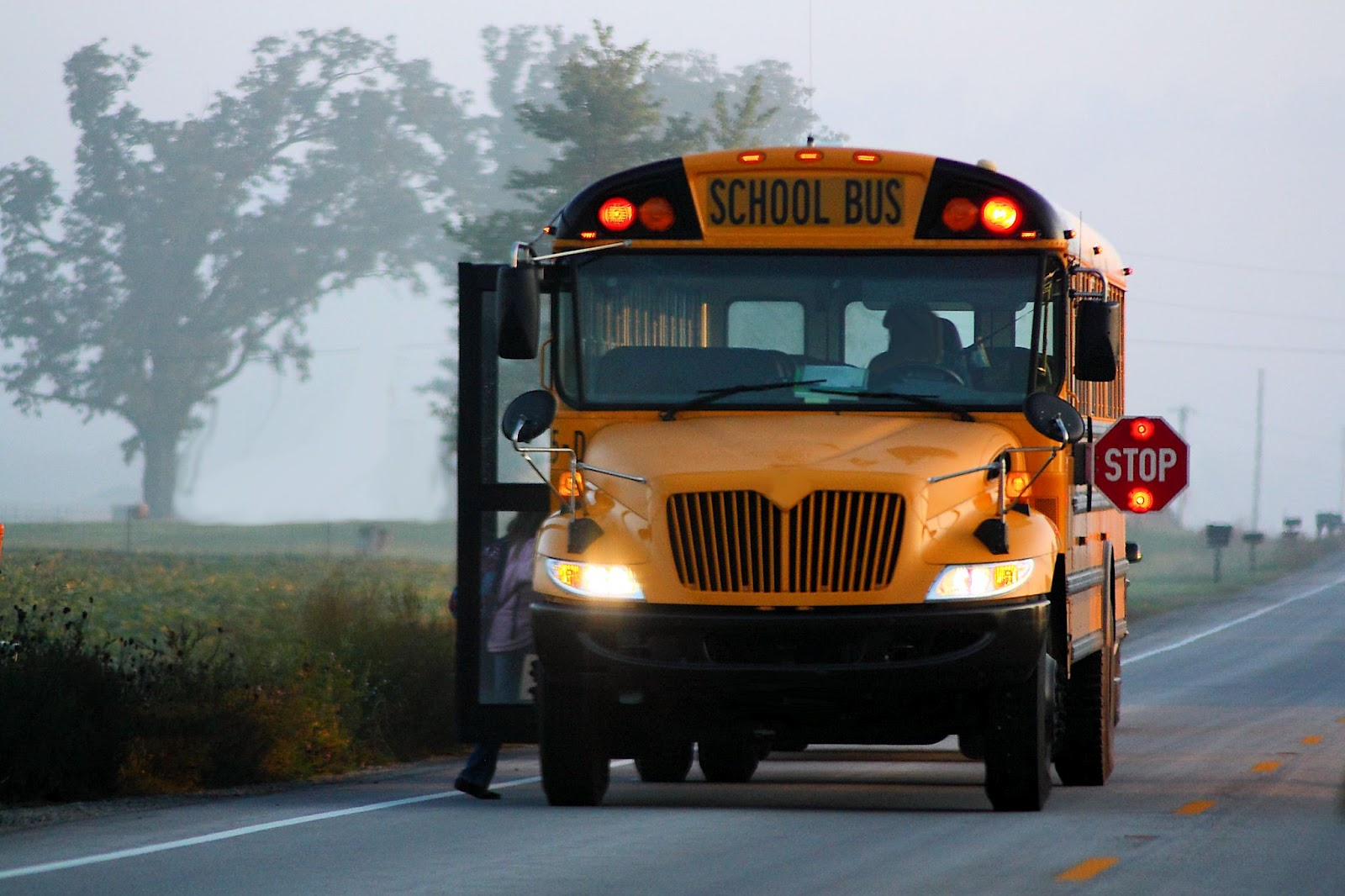 http://4.bp.blogspot.com/-FBTwoqEvrZA/UB1KGUobbcI/AAAAAAAAAkg/ntBJVvr_LS8/s1600/school-bus-picking-up-kids-.jpg