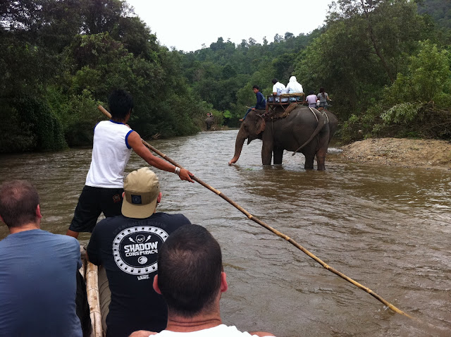 Tráfico en el río con balsas de bambú