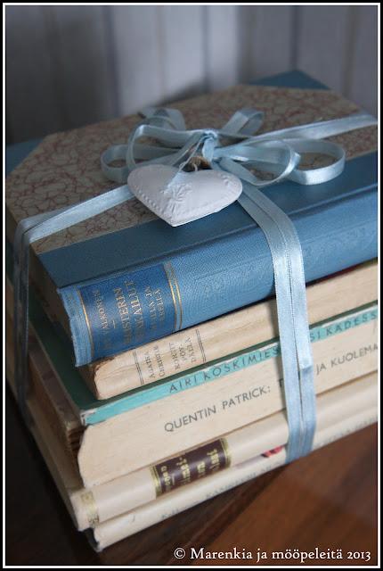 sisustusesine vanhoista kirjoista